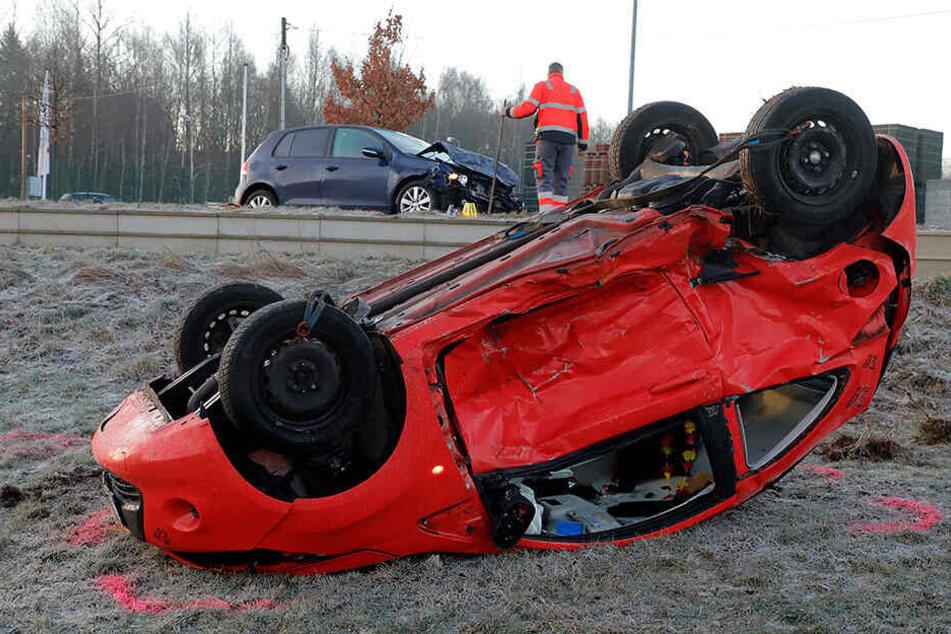 Glätte-Crash in Chemnitz: Ford landet im Feld, Straße voll gesperrt