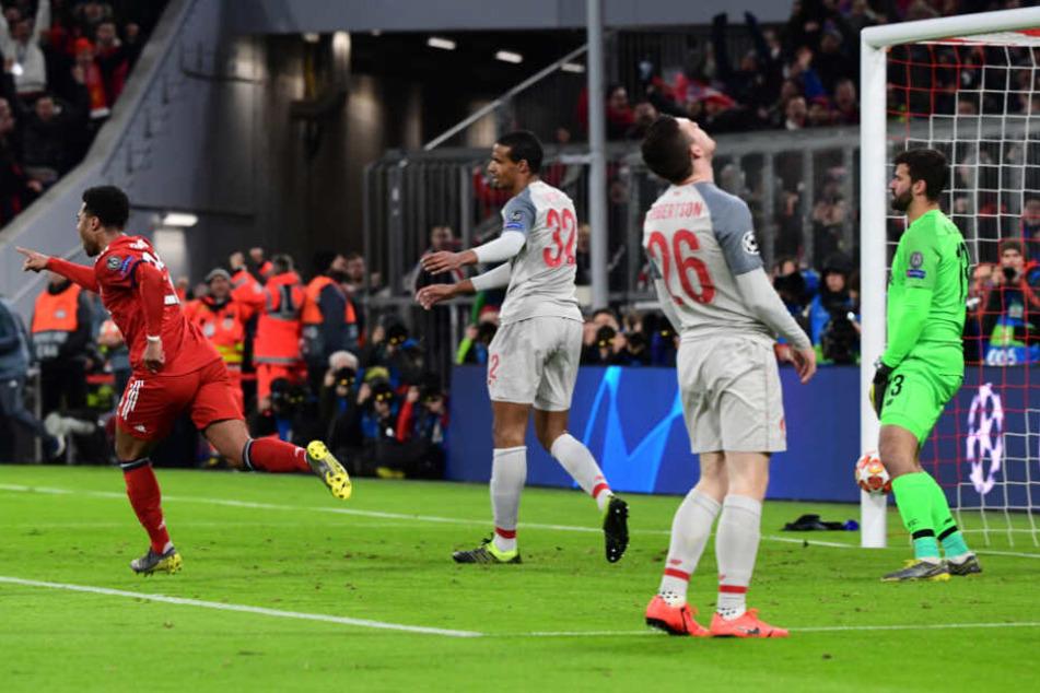 Joel Matip (M) brachte die Bayern durch sein Eigentor wieder ins Spiel.