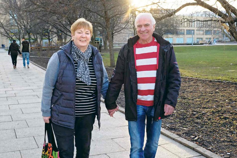 Frühlingsgefühle beim Spaziergang: Petra (58) und Stephan Reinhold (66) genossen die Sonne am Stadthallenpark.