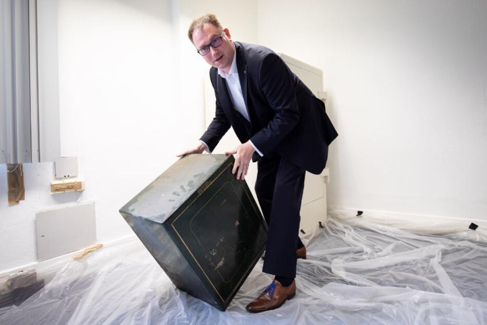 Bürgermeister Jan Lindenau präsentiert einen der beiden fast vergessenen Tresore.