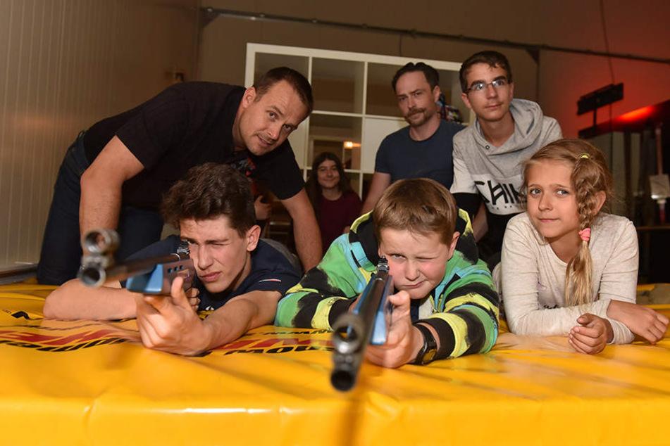Zielschießen mit Licht: Danilo (15, l.) und Ondrej (10) werden beim Biathlon-Laserschießen von Experte Kay Walther (l.) angeleitet.