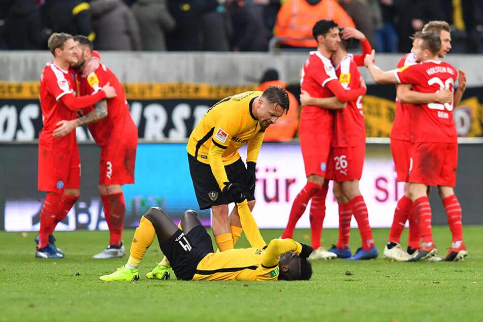 Kiel jubelt, Dynamo ist am Boden: Patrick Ebert versucht, seinen Kollegen Moussa Koné nach Spielende zu trösten und aufzurichten.