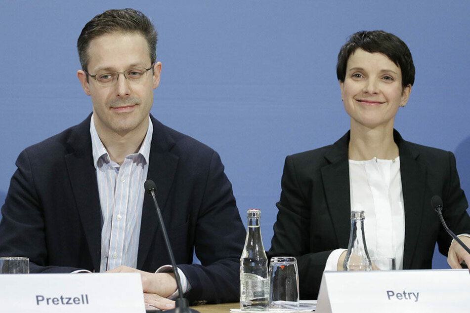 Die Eheleute Markus Pretzell (43) und Frauke Petry (41) haben gut lachen - anscheinend können sie eine Scheidung umgehen.