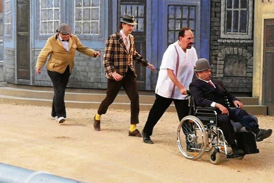 Nach Knieverletzung: Olaf Hais (r.) spielte eine Vorstellung lang den Egon Olsen im Rollstuhl.