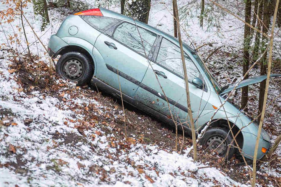 Das Auto kam zwischen Scharfenstein und Zschopau von der Straße ab und blieb in Bäumen hängen.
