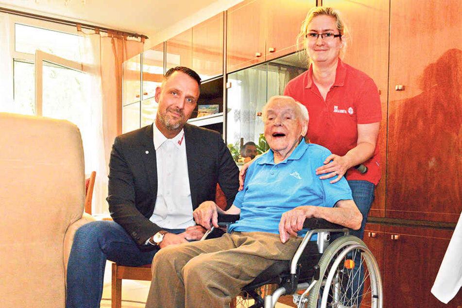 Opa Richard (101) kann wieder lachen! Freitag entschuldigte sich Dresdens  Johanniter-Chef Carsten Herde (39) mit Pflegedienstleiterin Dominique Eisold  (33) für die herzlose Kündigung.