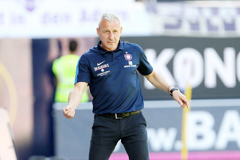 FCE-Trainer Pavel Dotchev war beim  Spiel in Heidenheim angespannt. Kann er heute die Arme zum Jubeln  ausbreiten?