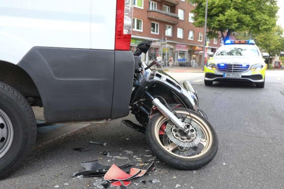 Schwerer Motorrad-Crash: Biker rast gegen geparkten Transporter
