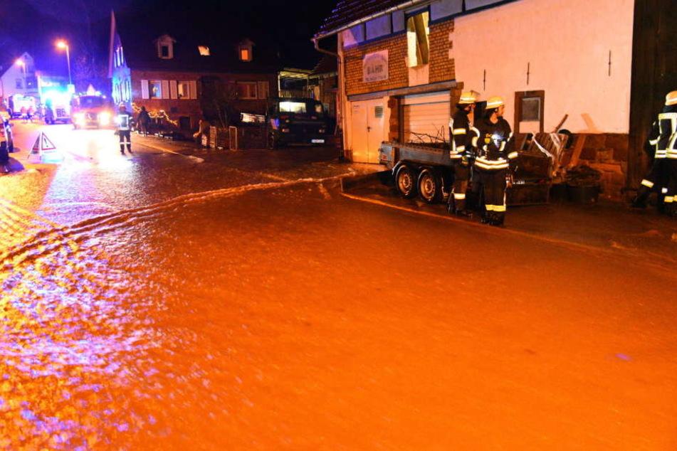 Die Feuerwehr und das Technische Hilfswerk waren im Einsatz, um das Hochwasser zu bekämpfen.