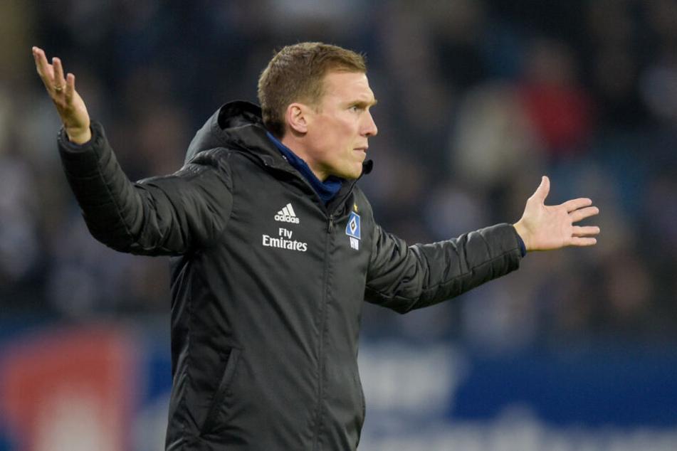 HSV-Trainer Hannes Wolf gestikuliert am Spielfeldrand herum.