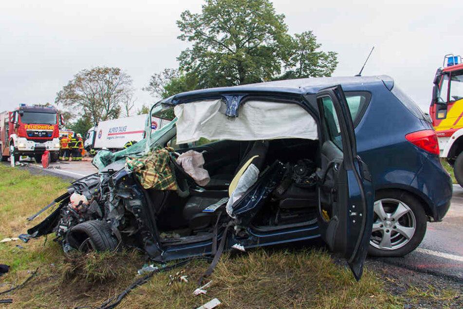 Am Mittwoch raste ein Opel-Fahrer mit seinem Wagen frontal in einen Sattelzug.
