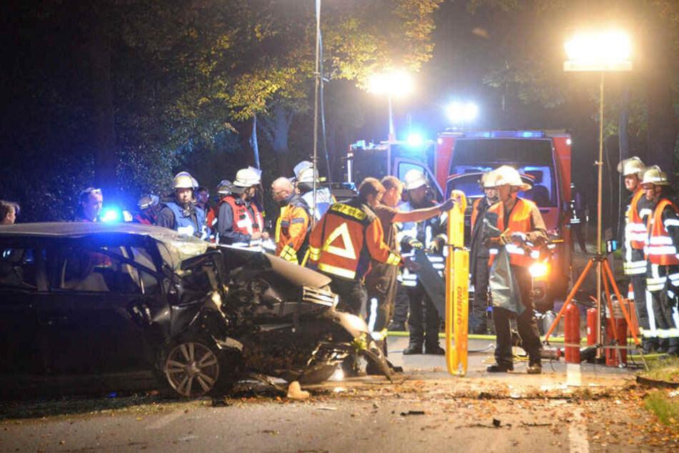Tödlicher Unfall: Toyota kracht frontal gegen Baum
