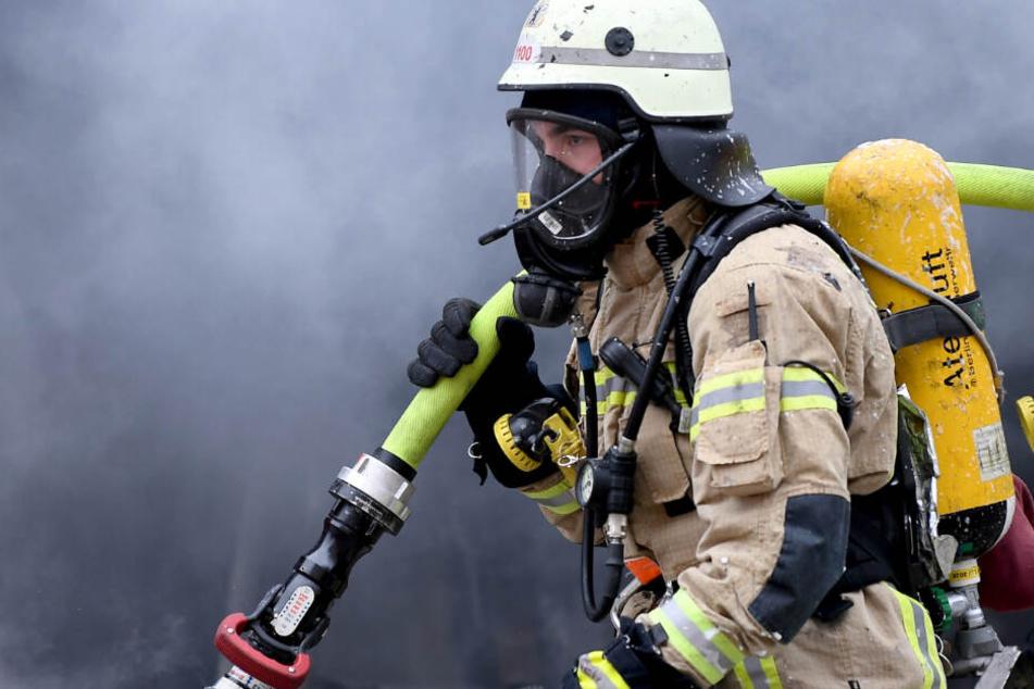 Mit schwerem Atemschutz mussten sich die Floriansjünger zum Brandherd vorarbeiten. (Symbolbild)