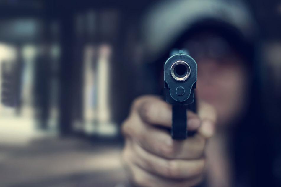 Der Mann hielt einen Revolver in der Hand. (Symbolbild)