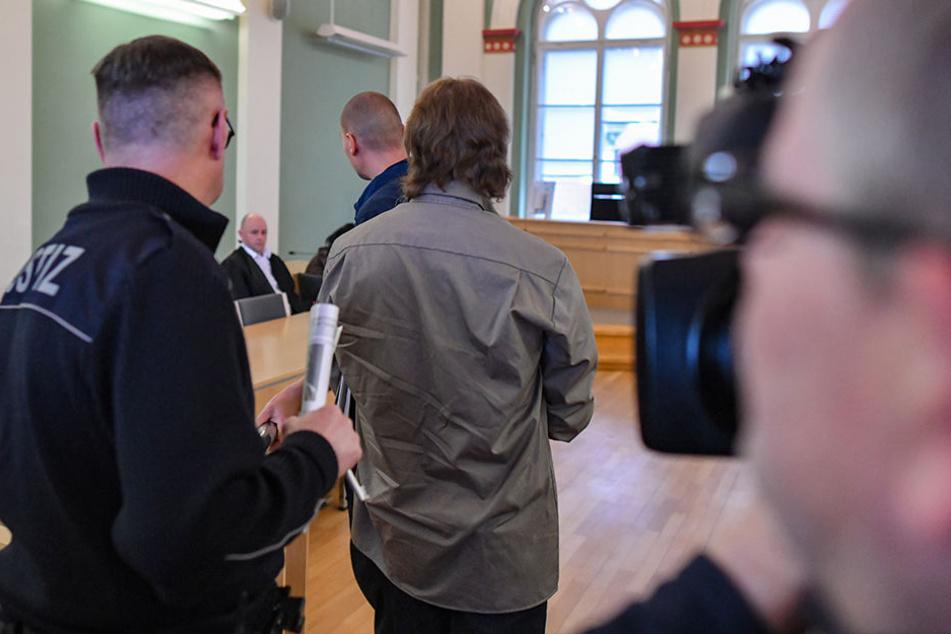 Der Angeklagtewird in einen Verhandlungssaal des Landgerichts Cottbus geführt.
