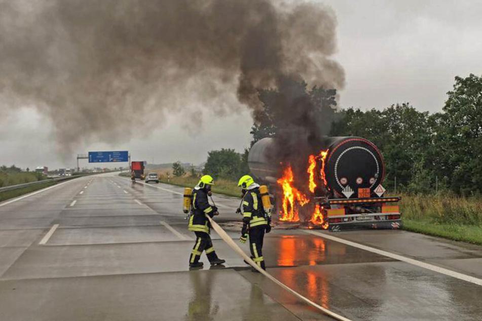 Gefahrgutlaster in Flammen: Autobahn gesperrt