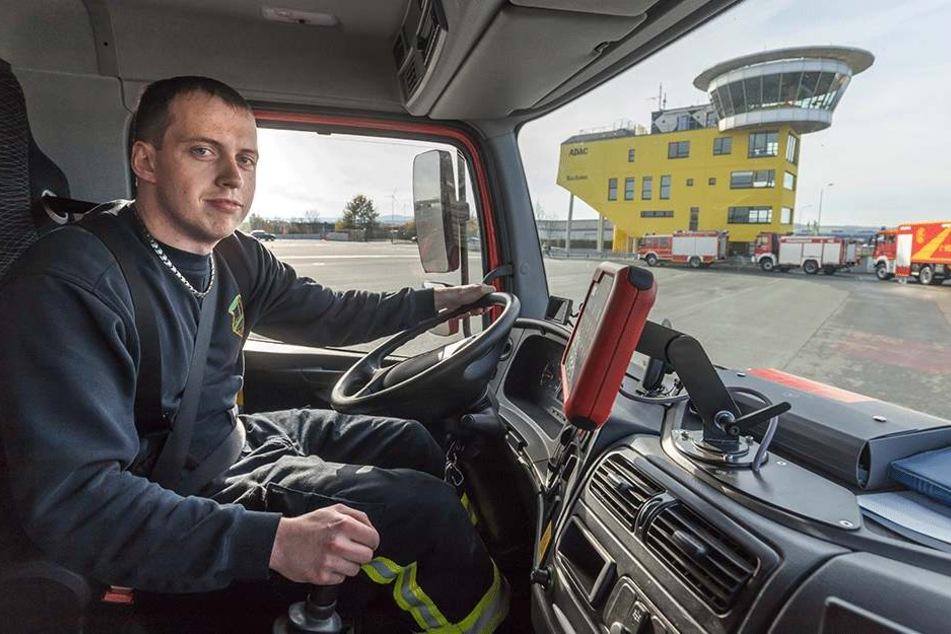 Sebastian Hertwig (27) von der FFW Halsbrücke steuert einen Löschwagen vom  Typ Mercedes Atego. Das Fahrtraining macht ihm sichtlich Spaß.