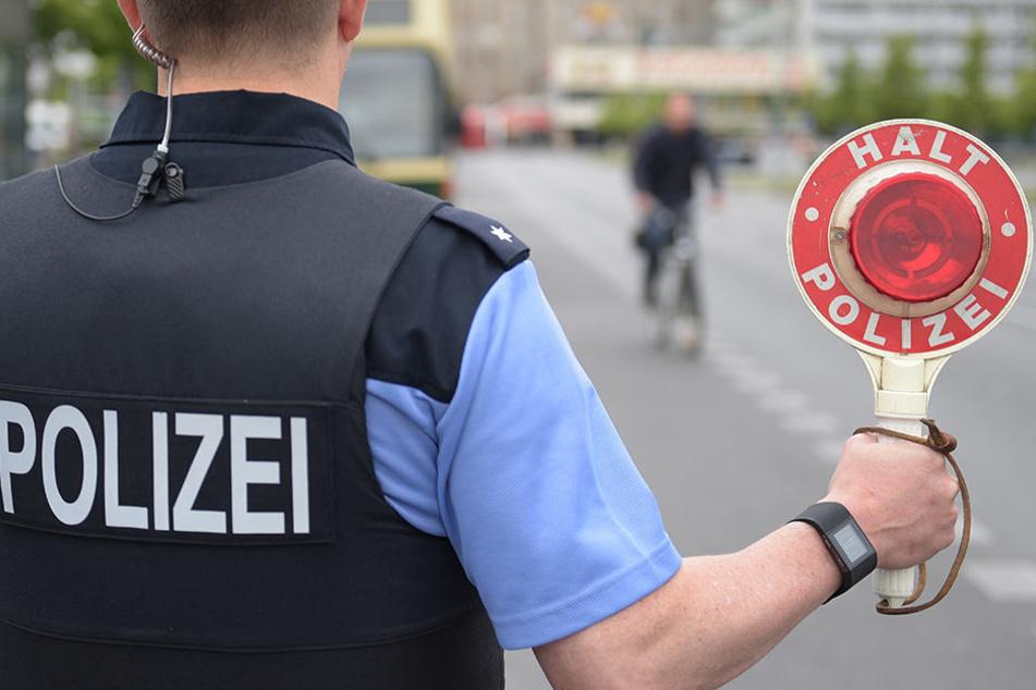 Eigentlich wollten die Polizisten den Radfahrer ohne Licht nur belehren... (Symbolbild)