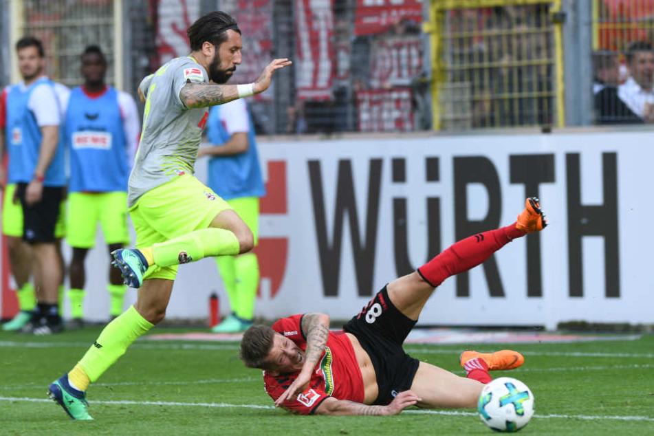 Kölns Dominik Maroh (l.) und Freiburgs Mike Frantz im Zweikampf