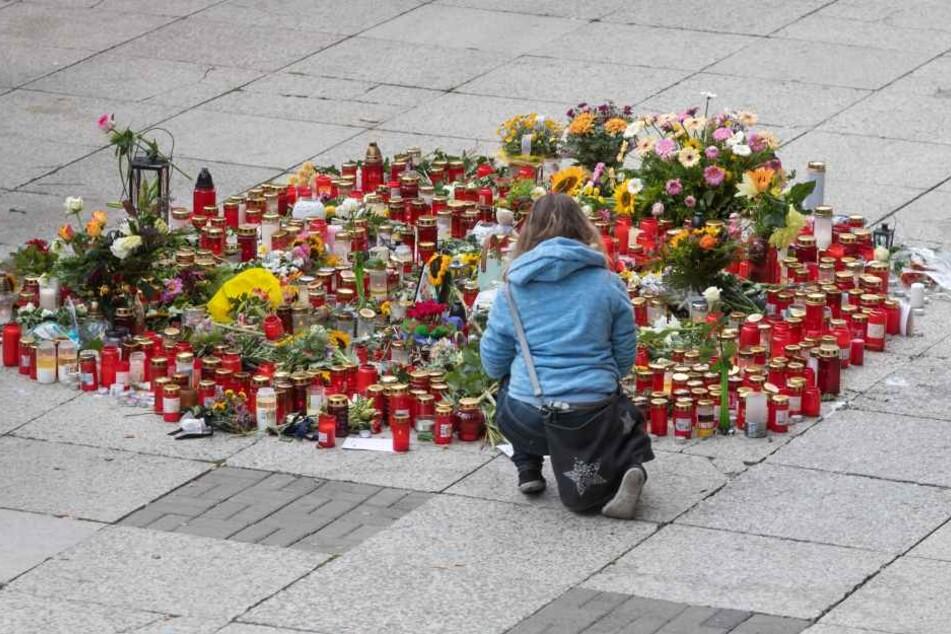 Blumen und Kerzen am Tatort in der Chemnitzer Innenstadt.