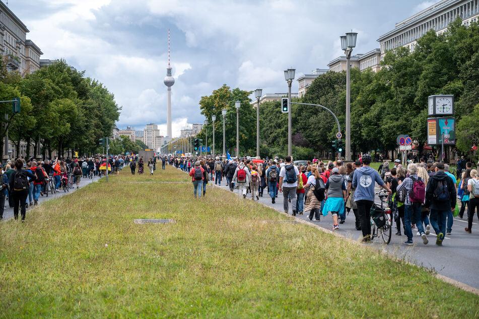 Mehrere Tausend Menschen demonstrierten am Samstag und Sonntag trotz Verboten in Berlin gegen die deutsche Corona-Politik demonstriert.