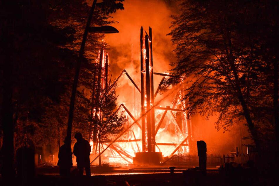 Der 43 Meter hohe Turm war am Donnerstag völlig abgebrannt.