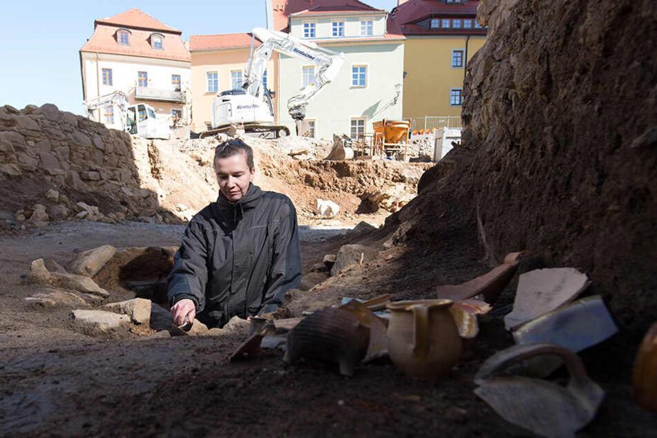 Grabungsleiterin Nicole Eichhorn (37) sucht an einem Brunnen nach Zeugen der Vergangenheit.