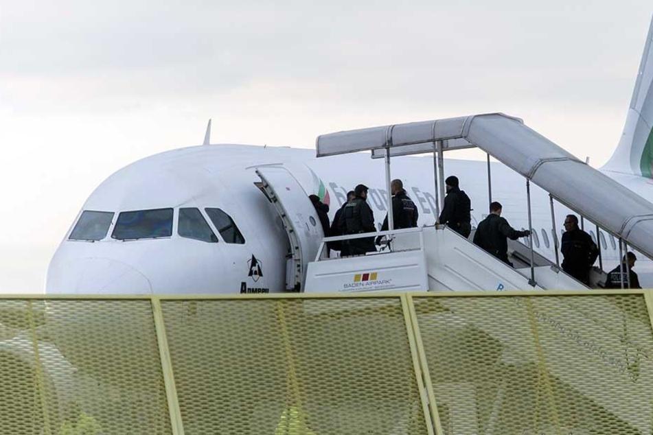 Mehrere abgelehnte Asylbewerber wurden am Dienstag von Düsseldorf nach Kabul geflogen (Symbolfoto).