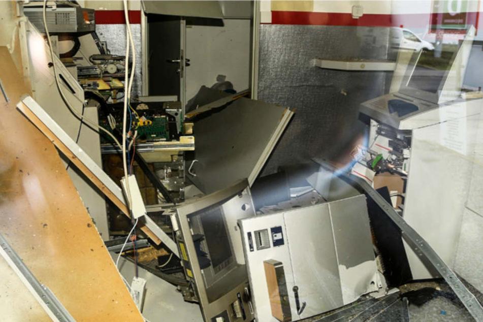Das Foto aus Lampertheim zeigt, welche Verwüstungen die Sprengung eines Geldautomaten anrichten kann.