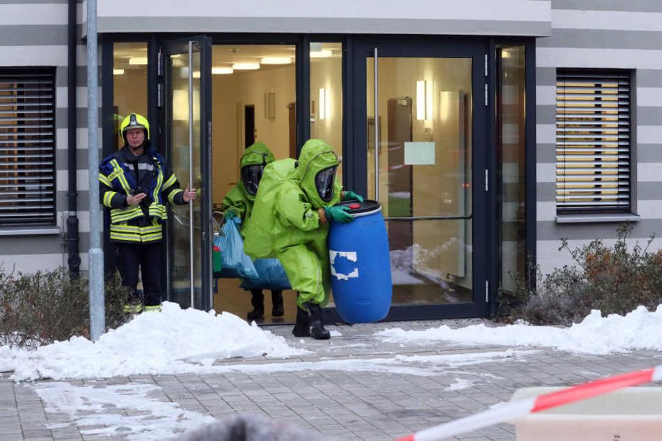 Die Feuerwehr stellt in Gera einen Brief und verdächtige Substanz sicher.