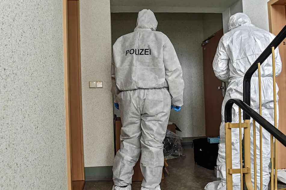 Kripo-Beamte bei der Spurensicherung am Tatort.