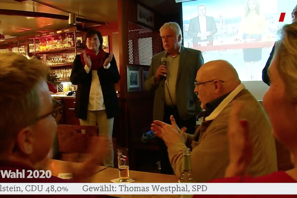 Auch Oberbürgermeister-Kandidat Andreas Kossiski (SPD) verzichtete auf der Wahl-Party in einer Kölner Kneipe auf den Mund- und Nasenschutz.