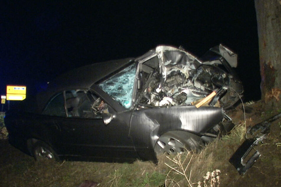Die Frau wurde in dem Autowrack eingequetscht. Sie verstarb noch an der Unfallstelle.