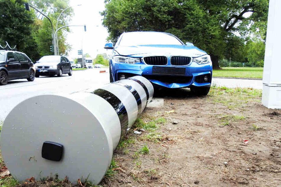 Der BMW fuhr frontal gegen die neue Blitzer-Anlage in Hamburg.