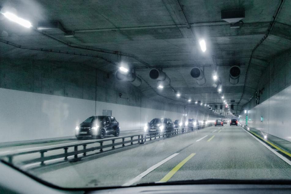 Fahrzeuge fahren während der Bauarbeiten durch eine Tunnelröhre der Autobahn 7 in Schnelsen. (Archivbild)