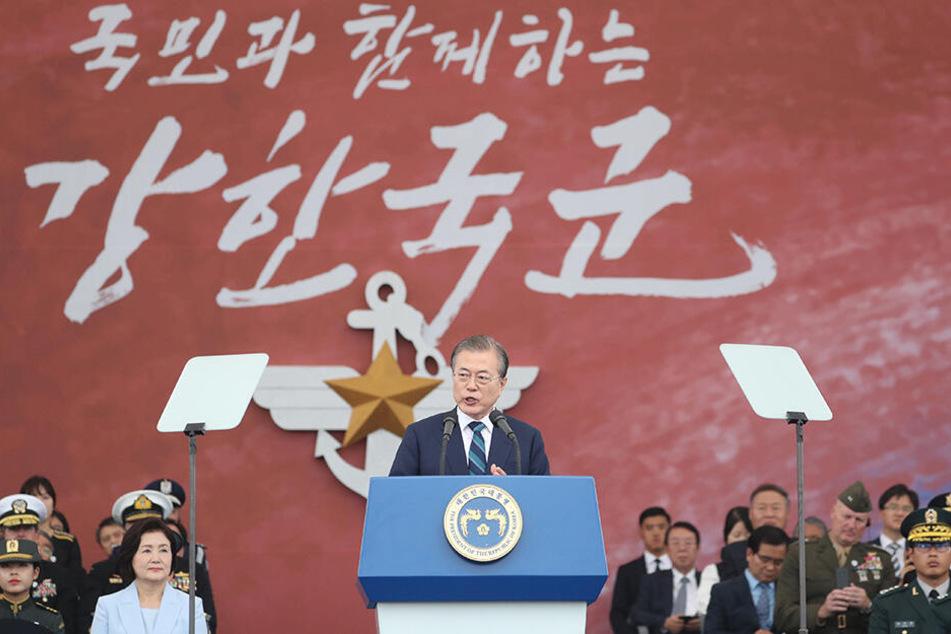 Moon Jae In hält während einer Zeremonie anlässlich des 71. Tags der Streitkräfte eine Rede. Südkorea hat zum ersten Mal öffentlich einige von insgesamt 40 bestellten Tarnkappenbombern gezeigt.