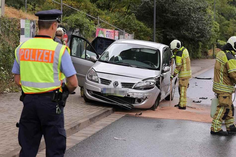 Rettungskräfte sichern den Renault.