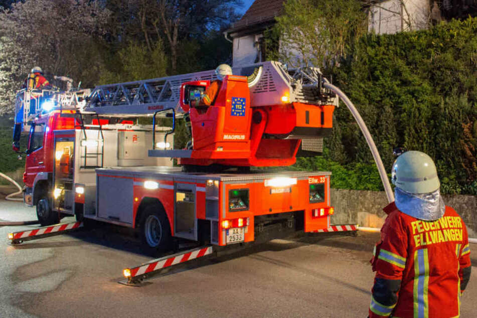 Frauen retten sich aus Haus: Feuer richtet Hunderttausende Euro Schaden an