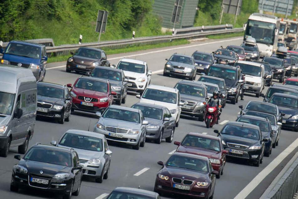 40-Tonner rammt Baustelle: Hunderte Liter Diesel laufen aus