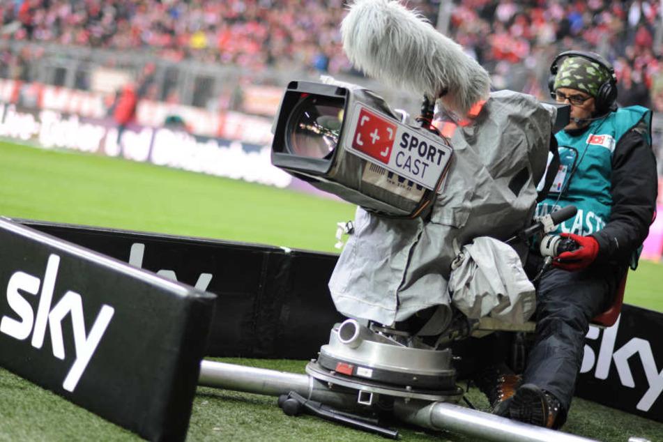 Ein Sky-Kameramann während einer Bundesliga-Liveübertragung. RB Leipzig erhält rund neun Millionen Euro weniger an TV-Geldern als der Vorletzte im Ranking.