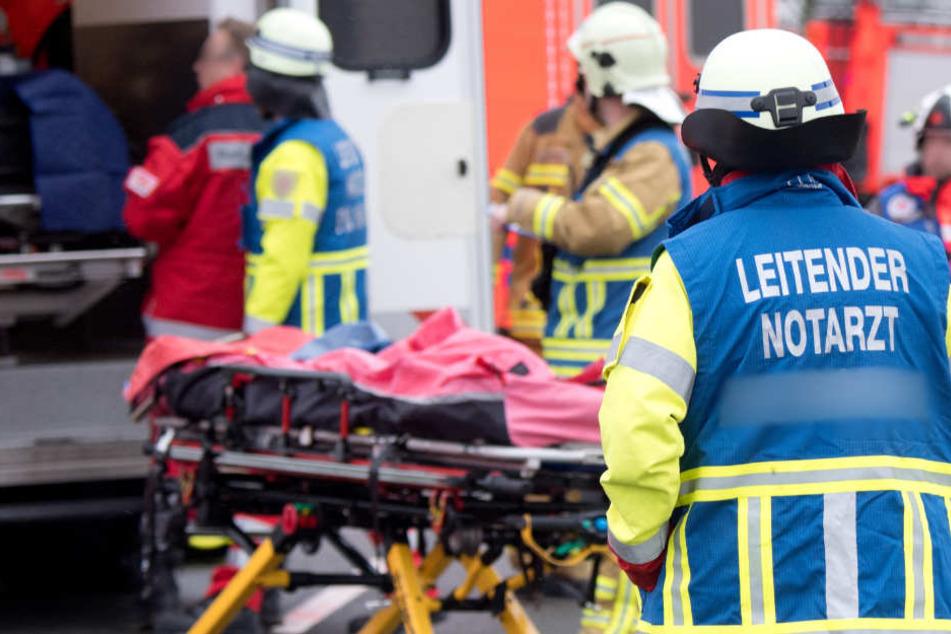 Die Feuerwehr konnten den 76-Jährigen nur noch leblos aus dem Wrack bergen. (Symbolbild)