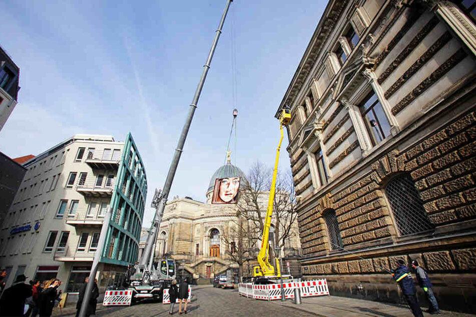 In luftiger Höhe wird die Leinwand in der Fassade des Albertinums versenkt.