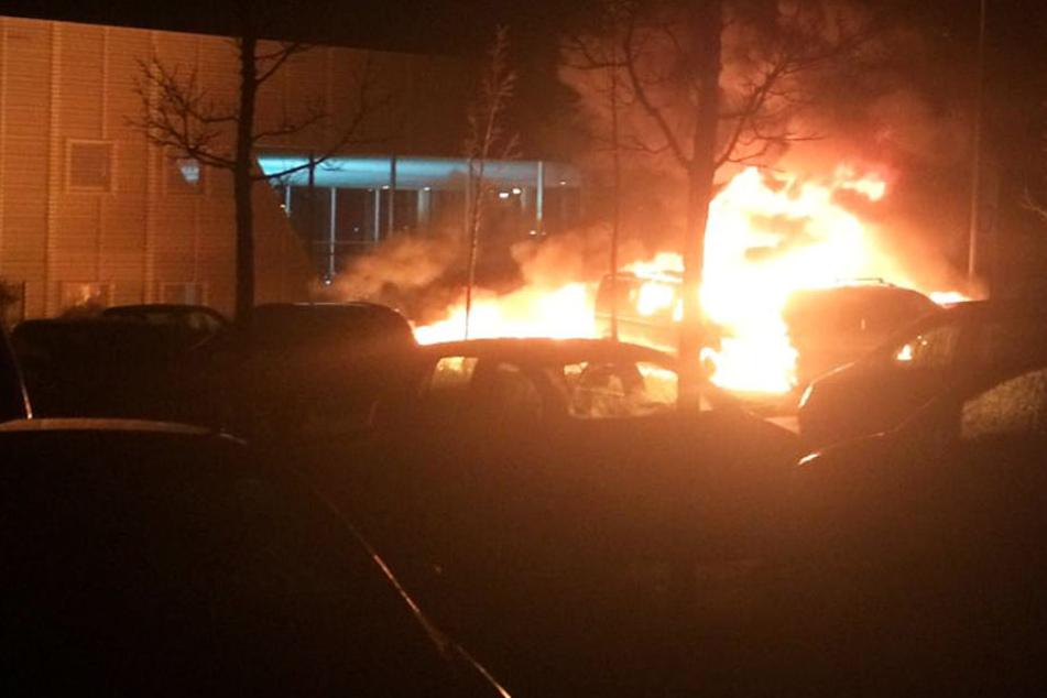 Die Autos auf dem Parkplatz brannten lichterloh.