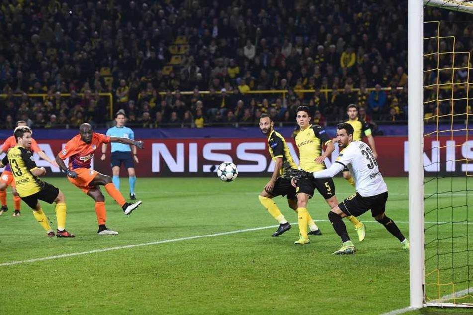 Hier schießt Poté das 1:0 für Apoel Nikosia beim Champions-League-Spiel bei Borussia Dortmund.