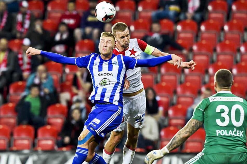 Jan Kral (v.) im Punktspiel der erste tschechischen Liga mit Mlada Boleslav gegen Slavia Prag, dass er 3:2 gewann. Seine Kopfballstärke soll nun Aue weiterhelfen.