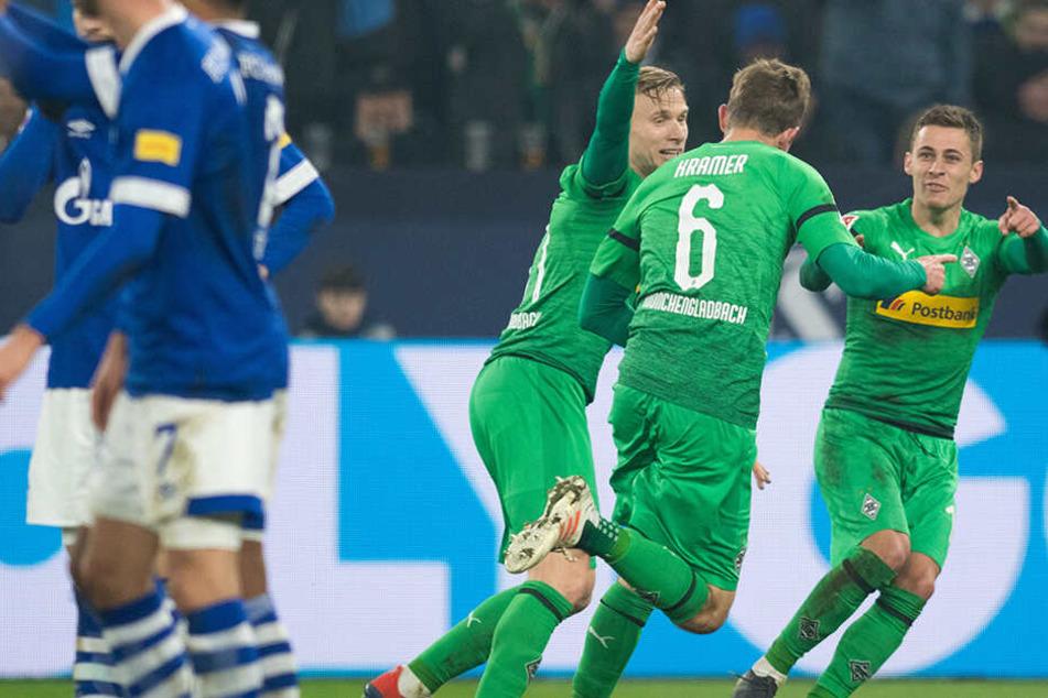 Die Gladbacher Thorgan Hazard (r.), Torschütze Christoph Kramer (Zweiter von rechts) und Oscar Wendt bejubeln das späte 1:0 für die Borussia.