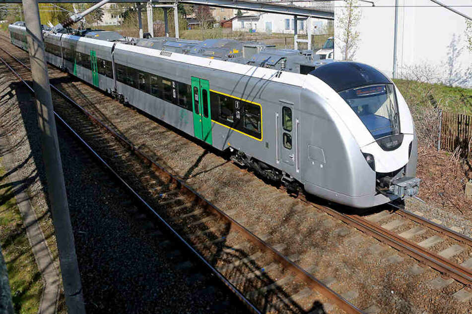 """Drei Personen wurden beim """"Train-Surfing"""" in Zwickau beobachtet. (Symbolbild)"""