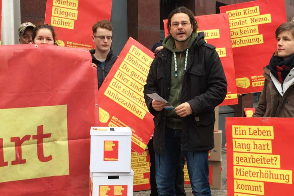 """Rund 20 Aktivisten des Bündnisses """"Mietentscheid"""" übergaben im Januar die gesammelten Unterschriften an die Stadt."""