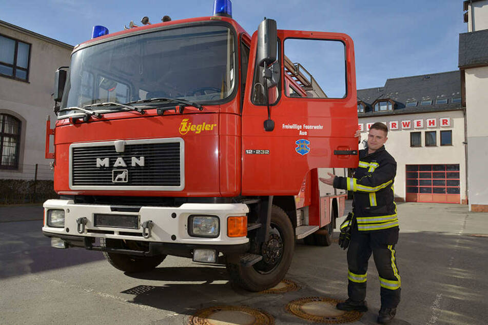 Der stellvertretende Wehrleiter Tobias Dorst (29) und seine Kameraden von der Freiwilligen Feuerwehr Aue wollen das Löschfahrzeug mit Spenden befüllen.