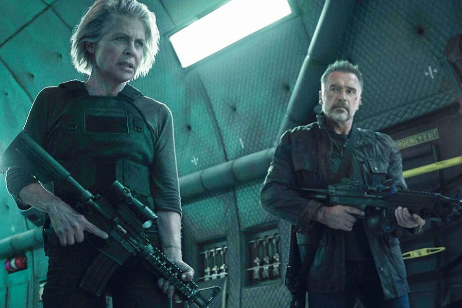 Sarah Connor (Linda Hamiltorn) und der Terminator T-800 (Arnold Schwarzenegger) ziehen gemeinsam in den Kampf.